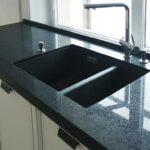 Черная столешница из искусственного камня Грандекс на кухне