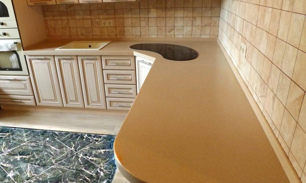 Г-образная столешница на кухне из камня Montelli
