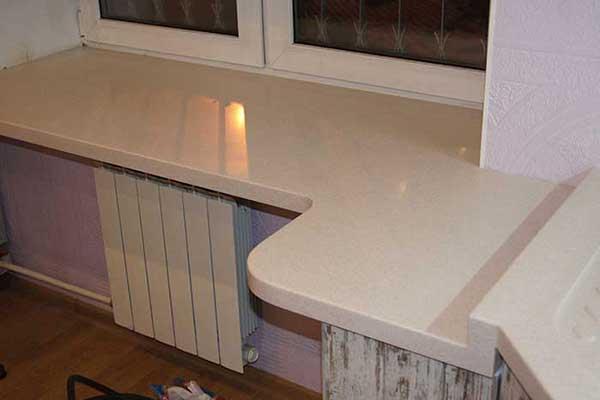 Подоконник из искусственного камня на кухне переходящий в столешницу
