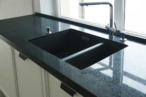 Кухонная столешница в темном цвете из акрила